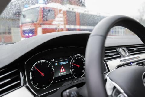 Digitales Blaulicht in einem VW Golf